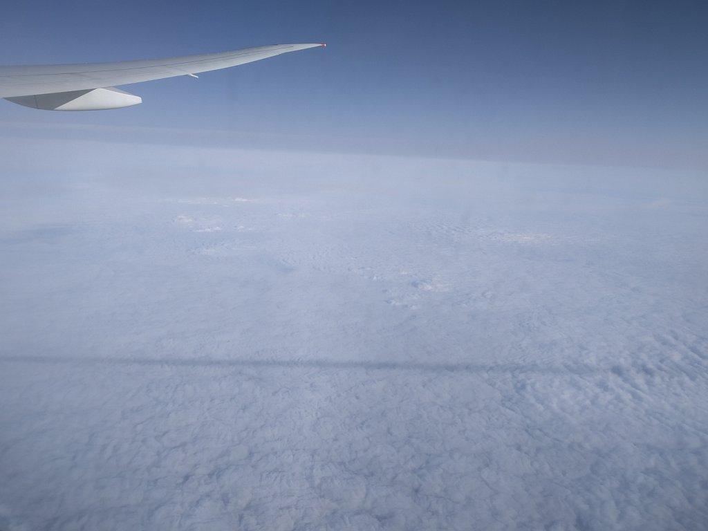 Странная полоса тени сопровождает наш самолет