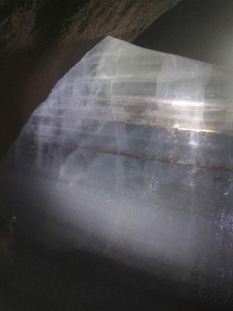Много вековой лед в пещере